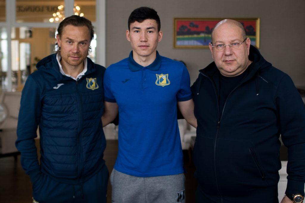 Президент клуба Арташес Арутюнянц и главный тренер Валерий Карпин тепло поприветствовали Бактиёра и поздравили после подписания контракта.